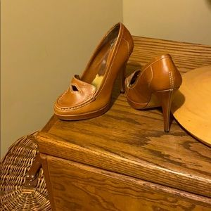Tan / camel colored leather pump. Timeless!